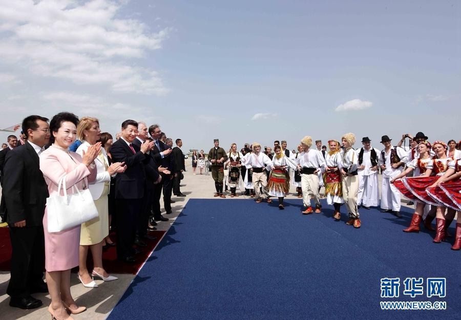 6月17日,國家主席習近平乘專機抵達貝爾格萊德,開始對塞爾維亞共和國進行國事訪問。塞爾維亞民眾跳起歡快熱情的傳統舞蹈科羅舞熱烈歡迎習近平和夫人彭麗媛到訪。新華社記者 饒愛民 攝