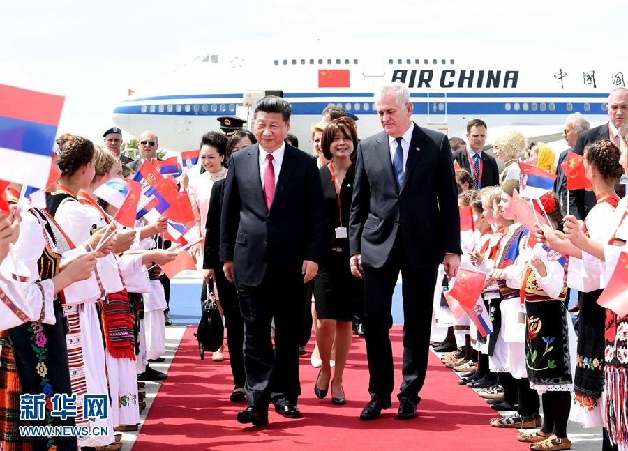 6月17日,國家主席習近平乘專機抵達貝爾格萊德,開始對塞爾維亞共和國進行國事訪問。習近平和夫人彭麗媛在機場受到塞爾維亞總統尼科利奇夫婦的熱情迎接。新華社記者 饒愛民 攝