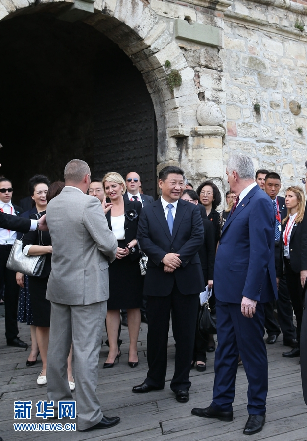 6月17日,中國國家主席習近平和夫人彭麗媛在塞爾維亞總統尼科利奇夫婦陪同下參觀具有悠久歷史的貝爾格萊德卡萊梅格丹公園。 新華社記者 馬佔成 攝