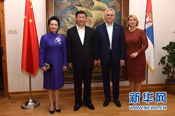 當地時間6月17日,國家主席習近平同塞爾維亞總統尼科利奇在貝爾格萊德舉行會晤。這是習近平和夫人彭麗媛同尼科利奇夫婦在和平別墅合影。新華社記者饒愛民攝