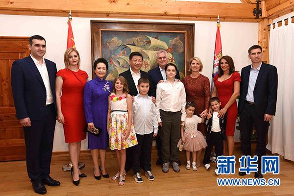 當地時間6月17日,國家主席習近平同塞爾維亞總統尼科利奇在貝爾格萊德舉行會晤。這是習近平和夫人彭麗媛同尼科利奇夫婦及家人在和平別墅合影。新華社記者饒愛民攝