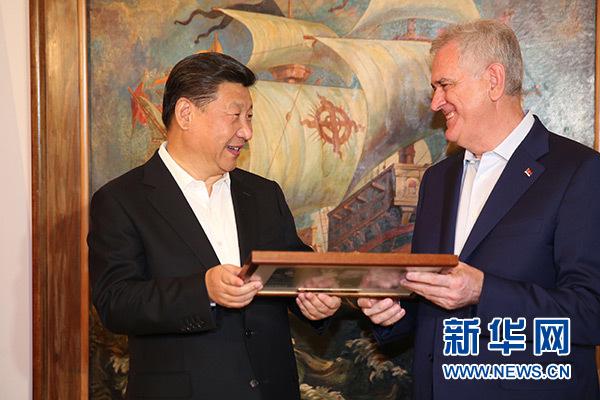 當地時間6月17日,國家主席習近平同塞爾維亞總統尼科利奇在貝爾格萊德舉行會晤。這是尼科利奇向習近平贈送紀念品。新華社記者饒愛民攝