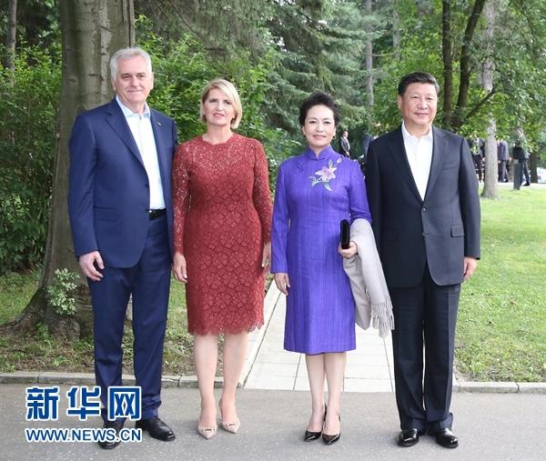 當地時間6月17日,國家主席習近平同塞爾維亞總統尼科利奇在貝爾格萊德舉行會晤。這是習近平和夫人彭麗媛同尼科利奇夫婦在和平別墅合影。新華社記者 丁林 攝