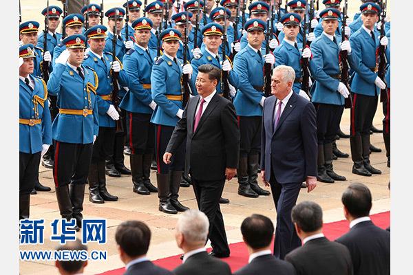 6月18日,國家主席習近平出席塞爾維亞總統尼科利奇在貝爾格萊德舉行的隆重歡迎儀式。 新華社記者蘭紅光攝