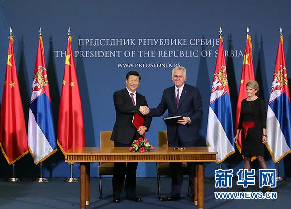 6月18日,國家主席習近平在貝爾格萊德同塞爾維亞總統尼科利奇舉行會談。這是會談後,兩國元首共同簽署《中華人民共和國和塞爾維亞共和國關于建立全面戰略夥伴關係的聯合聲明》。新華社記者 李濤 攝