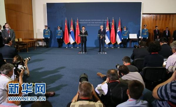 6月18日,國家主席習近平在貝爾格萊德同塞爾維亞總統尼科利奇舉行會談。會談後,兩國元首共同會見記者。 新華社記者蘭紅光攝