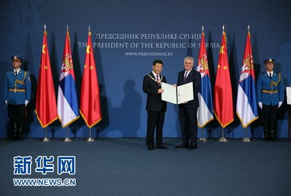 """6月18日,國家主席習近平在貝爾格萊德同塞爾維亞總統尼科利奇舉行會談。會談後,尼科利奇向習近平授予塞爾維亞最高級別勳章""""共和國一級榮譽勳章"""",感謝習近平為中塞關係發展作出的傑出貢獻。新華社記者蘭紅光攝"""