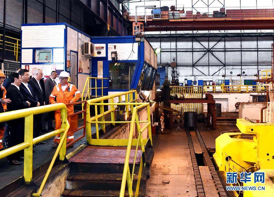 6月19日上午,國家主席習近平在貝爾格萊德參觀河鋼集團塞爾維亞斯梅代雷沃鋼廠。 新華社記者 饒愛民 攝
