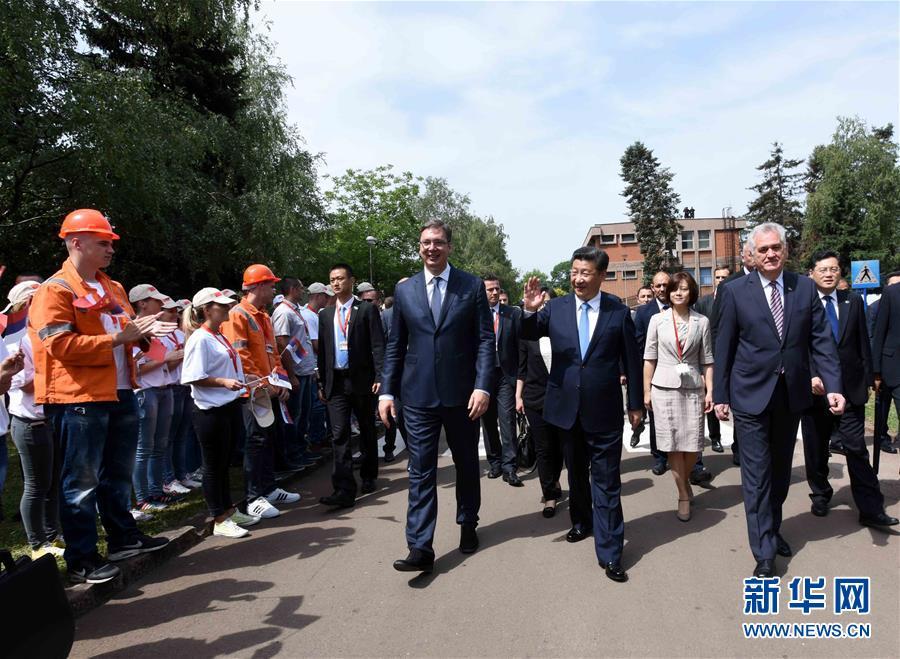 6月19日上午,國家主席習近平在貝爾格萊德參觀河鋼集團塞爾維亞斯梅代雷沃鋼廠。習近平抵達時,塞爾維亞總統尼科利奇、總理武契奇在停車處熱情迎接。鋼廠工人和家屬、當地市民數千人夾道歡迎。新華社記者 饒愛民 攝