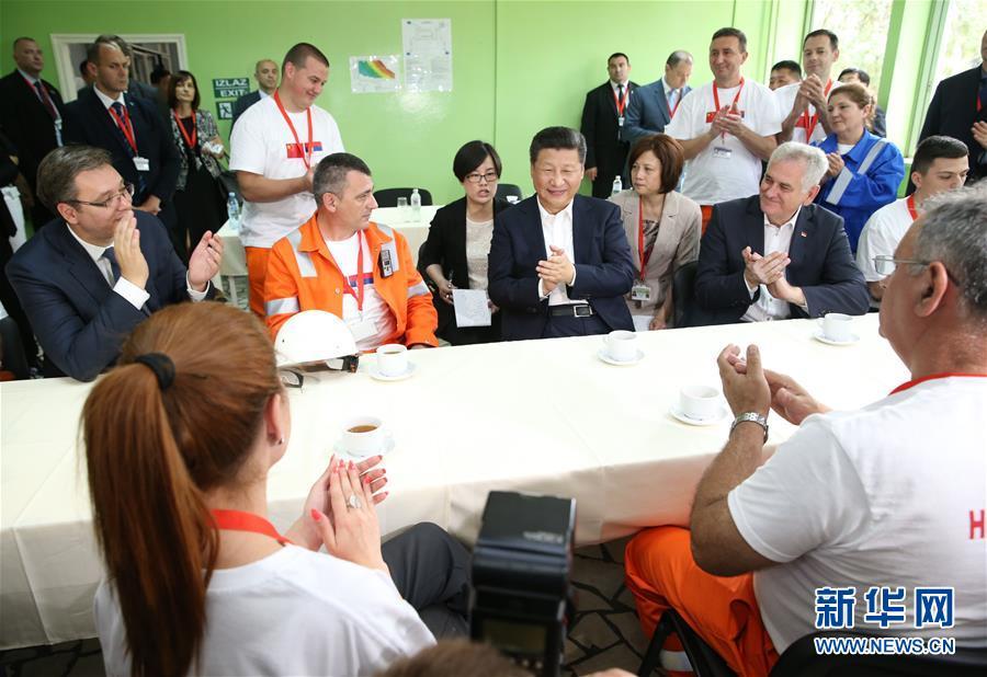 6月19日上午,國家主席習近平在貝爾格萊德參觀河鋼集團塞爾維亞斯梅代雷沃鋼廠。這是習近平在塞方領導人陪同下,來到員工食堂同工人交流互動。新華社記者 馬佔成 攝