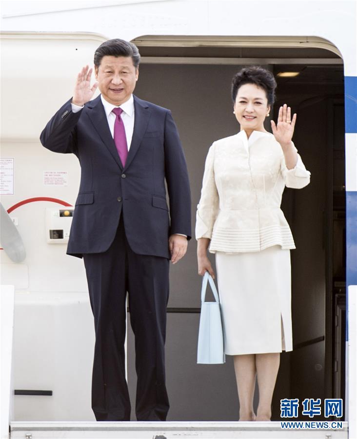 6月19日,國家主席習近平抵達華沙,開始對波蘭共和國進行國事訪問。這是習近平和夫人彭麗媛步出艙門。 新華社記者 謝環馳 攝