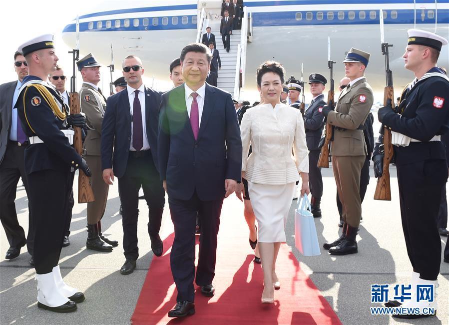 6月19日,國家主席習近平抵達華沙,開始對波蘭共和國進行國事訪問。這是習近平和夫人彭麗媛走下飛機。 新華社記者 饒愛民 攝