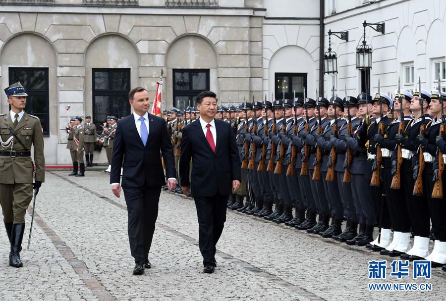 6月20日,國家主席習近平出席波蘭總統杜達在華沙總統府舉行的隆重歡迎儀式。 新華社記者 饒愛民 攝