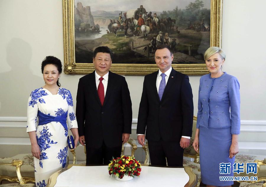 6月20日,國家主席習近平出席波蘭總統杜達在華沙總統府舉行的隆重歡迎儀式。歡迎儀式後,習近平和夫人彭麗媛同杜達和夫人阿加塔簡短寒暄。新華社記者 蘭紅光 攝