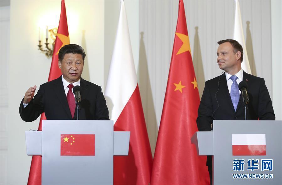 6月20日,國家主席習近平在華沙同波蘭總統杜達舉行會談。這是會談後,兩國元首共同會見記者。 新華社記者蘭紅光攝