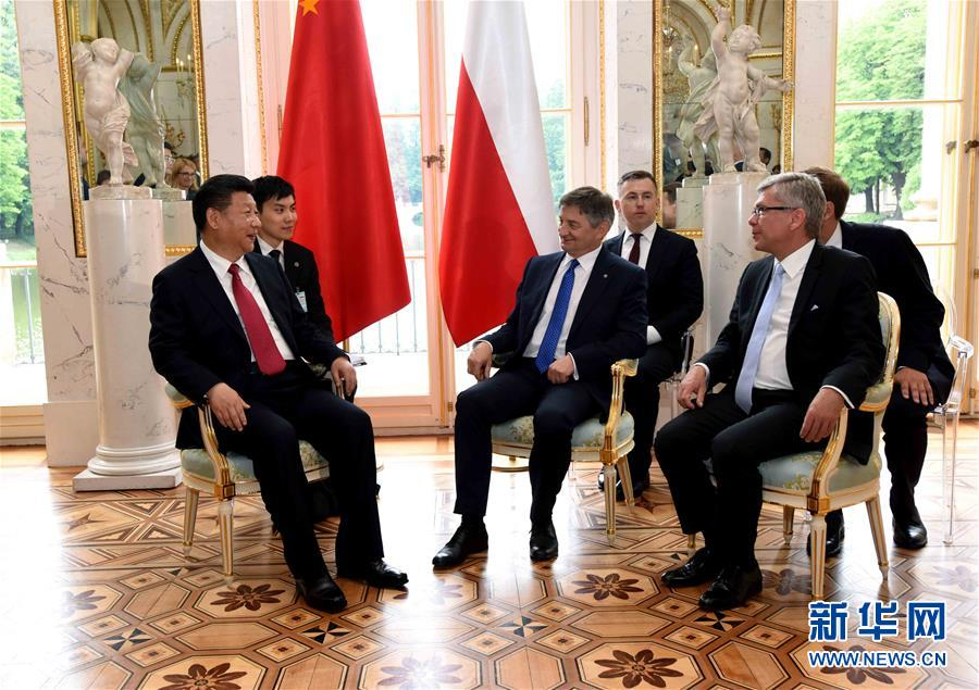6月20日,國家主席習近平在華沙瓦津基公園水上宮殿會見波蘭參議長卡切夫斯基(前右)和眾議長庫赫欽斯基。 新華社記者 饒愛民 攝