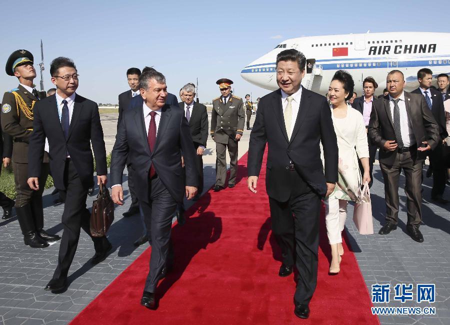 6月21日,習近平抵達布哈拉,開始對烏茲別克斯坦共和國進行國事訪問並出席在塔什幹舉行的上海合作組織成員國元首理事會第十六次會議。這是在布哈拉國際機場,習近平和夫人彭麗媛受到烏茲別克斯坦總理米爾濟約耶夫和布哈拉州州長埃薩諾夫等熱情迎接。新華社記者蘭紅光攝