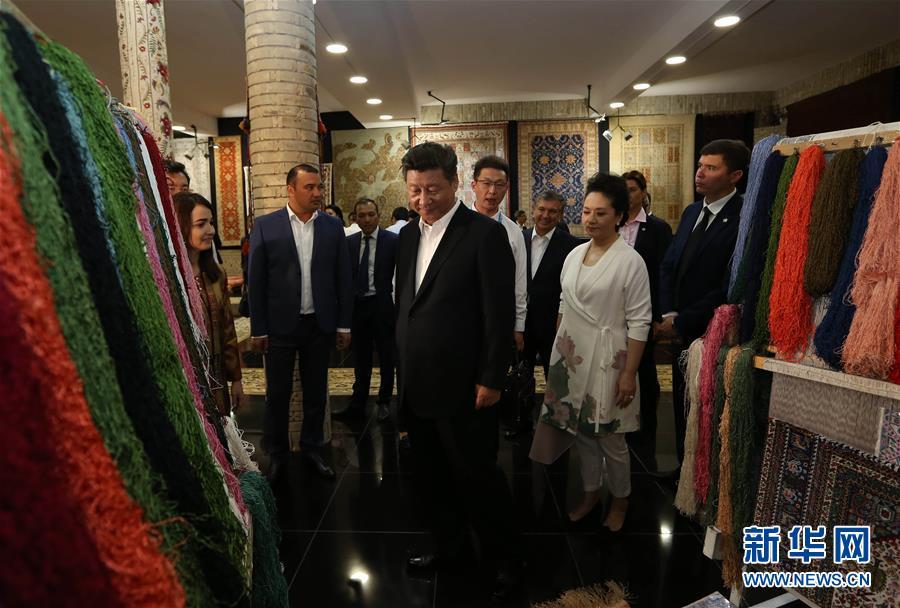 """6月21日下午,正在對烏茲別克斯坦進行國事訪問的國家主席習近平在烏茲別克斯坦總理米爾濟約耶夫陪同下,來到布哈拉古城參觀這座被稱為""""絲綢之路活化石""""的歷史文化名城。這是習近平和夫人彭麗媛參觀一家地毯和絲綢作坊。新華社記者蘭紅光攝"""