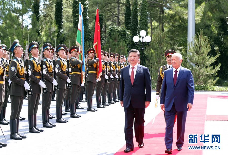6月22日,國家主席習近平在塔什幹庫克薩萊國賓館同烏茲別克斯坦總統卡裏莫夫舉行會談。會談前,習近平出席卡裏莫夫舉行的歡迎儀式。新華社記者馬佔成攝
