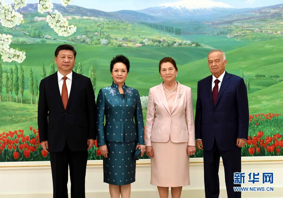 6月22日,國家主席習近平在塔什幹庫克薩萊國賓館同烏茲別克斯坦總統卡裏莫夫舉行會談。會談前,習近平出席卡裏莫夫舉行的歡迎儀式。習近平和夫人彭麗媛受到卡裏莫夫和夫人卡裏莫娃熱情迎接。新華社記者饒愛民攝