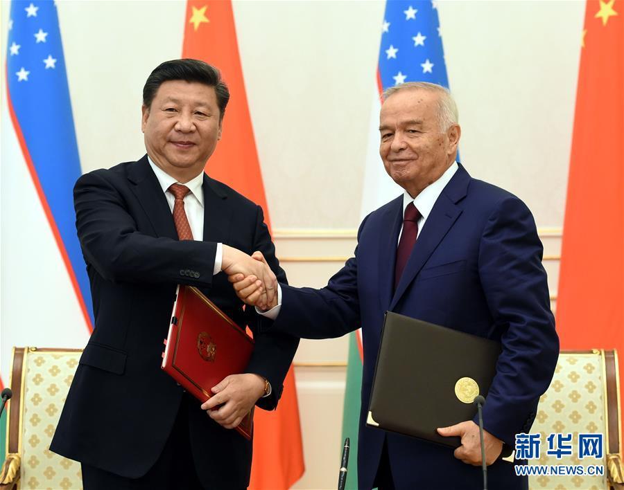 6月22日,國家主席習近平在塔什幹庫克薩萊國賓館同烏茲別克斯坦總統卡裏莫夫舉行會談。會談後,兩國元首簽署《中華人民共和國和烏茲別克斯坦共和國聯合聲明》。新華社記者饒愛民攝