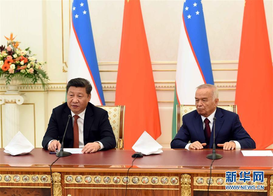 6月22日,國家主席習近平在塔什幹庫克薩萊國賓館同烏茲別克斯坦總統卡裏莫夫舉行會談。會談後,兩國元首共同會見記者。 新華社記者饒愛民攝