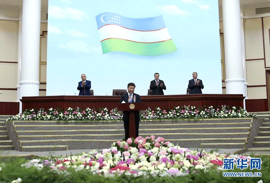 6月22日,國家主席習近平在塔什幹烏茲別克斯坦最高會議立法院發表題為《攜手共創絲綢之路新輝煌》的重要演講。 新華社記者蘭紅光攝