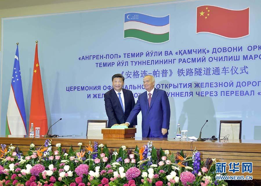 """6月22日,國家主席習近平和烏茲別克斯坦總統卡裏莫夫在塔什幹共同出席""""安格連-帕普""""鐵路隧道通車視頻連線活動。 新華社記者李濤攝"""
