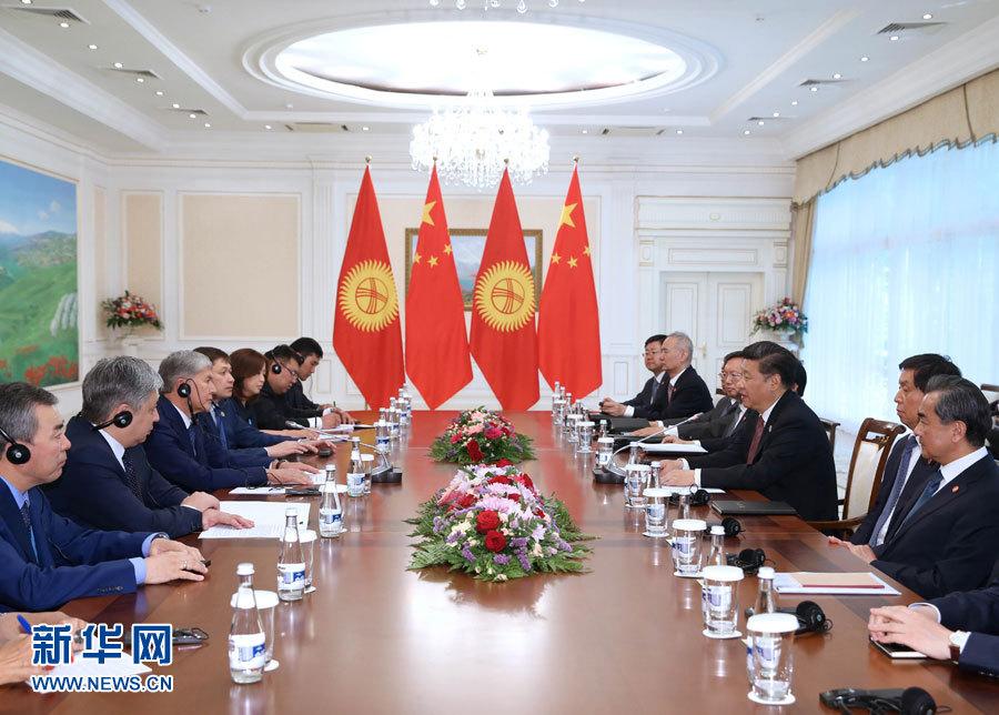 6月24日,國家主席習近平在烏茲別克斯坦塔什幹會見吉爾吉斯斯坦總統阿坦巴耶夫。 新華社記者 馬佔成 攝