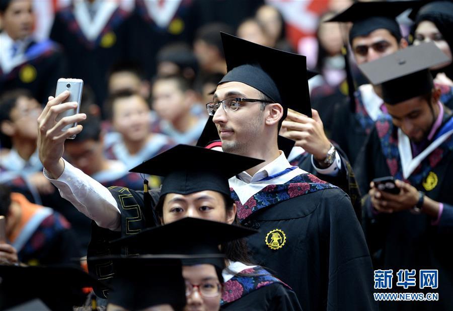 西安交大2016年毕业典礼:留学生自拍性感抢镜年轻时叶倩文帅哥图片图片