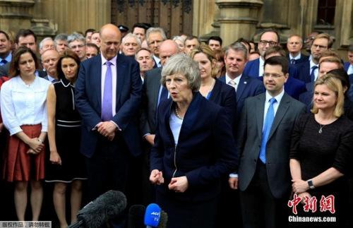英國首相卡梅倫7月11日下午宣布,他將于本周三(7月13日)正式辭職,現任內政大臣特雷莎·梅將接替他擔任英國首相。特雷莎·梅隨後發表講話稱,她非常榮幸能夠當選保守黨領袖並將出任英國首相,將以謙卑的姿態面對未來,努力團結全體國民,共同創造一個更加美好的英國。