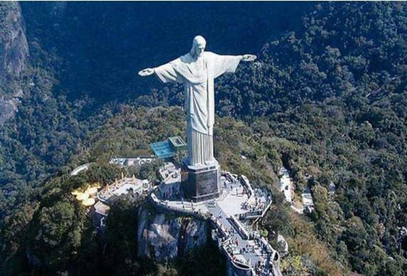 资料图:里约耶稣像   当你参观名胜古迹时,想过如何为它们保洁的问题吗?德国人索斯藤莫韦斯就是专为名胜古迹做清洁的专家。24年来,他参与了超过80个名胜古迹的保洁项目,其中包括中国故宫、巴西耶稣像、英国伦敦眼、美国总统山等,现在受雇于德国Karcher保洁公司。工作时,莫韦斯和他的同事时常需要飞檐走壁,借助绳索、背着沉重的设备完成清洁工作。英国《每日邮报》援引他的话报道:我干这行已经24年了,最初是从德国的一个小项目开始后来拓展到全世界这是一项迷人的工作,每个项目都不同,事先要考虑大量问题