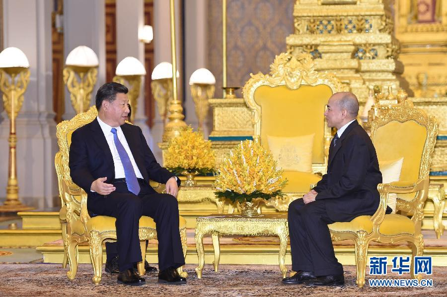 10月13日,國家主席習近平在金邊會見柬埔寨國王西哈莫尼。新華社記者謝環馳攝