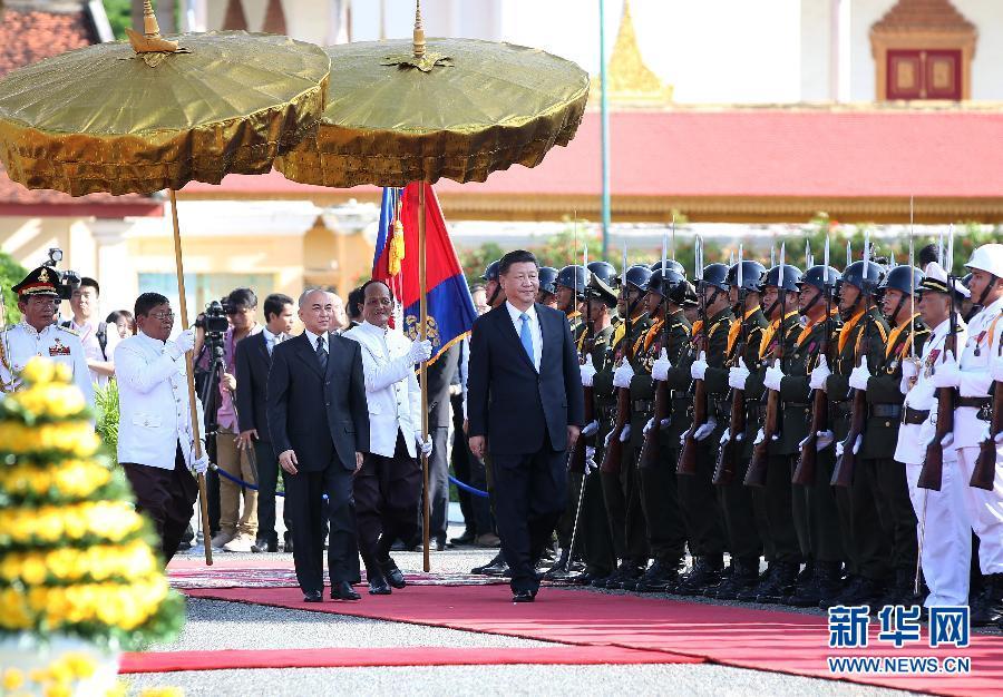 10月13日,國家主席習近平在金邊會見柬埔寨國王西哈莫尼。會見前,習近平出席西哈莫尼在王宮舉行的盛大歡迎儀式。 新華社記者姚大偉攝