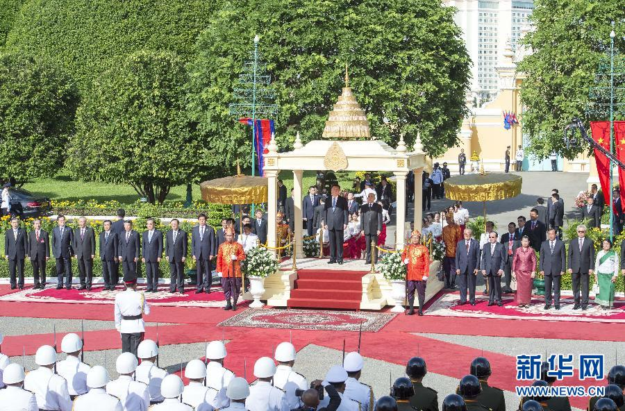 10月13日,國家主席習近平在金邊會見柬埔寨國王西哈莫尼。會見前,習近平出席西哈莫尼在王宮舉行的盛大歡迎儀式。 新華社記者王曄攝