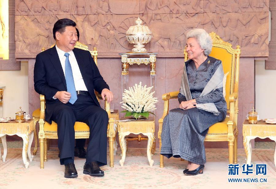 10月13日,國家主席習近平在金邊看望柬埔寨太後莫尼列。新華社記者姚大偉攝