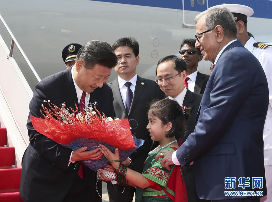 10月14日,國家主席習近平抵達達卡,開始對孟加拉人民共和國進行國事訪問。這是習近平接受孟加拉國兒童獻花。 新華社記者 蘭紅光 攝