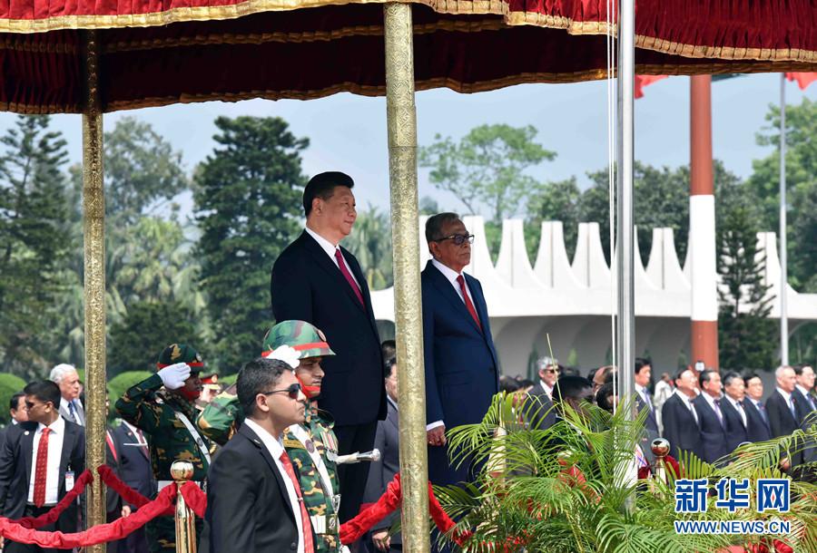 10月14日,國家主席習近平抵達達卡,開始對孟加拉人民共和國進行國事訪問。孟加拉國總統哈米德在機場為習近平主席舉行歡迎儀式。新華社記者 張鐸