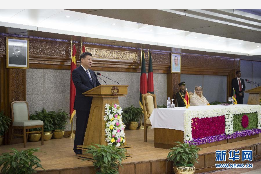 10月14日,國家主席習近平在達卡同孟加拉國總理哈西娜舉行會談。這是會談後,兩國領導人共同會見記者。 新華社記者謝環馳攝