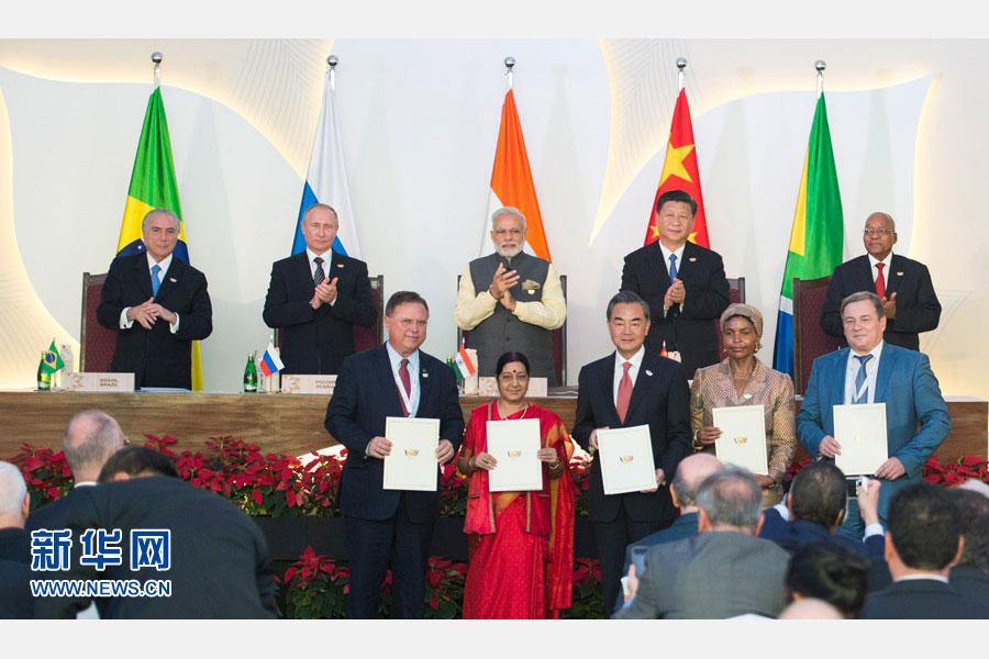 10月16日,金磚國家領導人第八次會晤在印度果阿舉行。中國國家主席習近平、印度總理莫迪、南非總統祖馬、巴西總統特梅爾、俄羅斯總統普京出席。這是會晤結束後,5國領導人共同見證合作文件的簽署,並出席聯合記者會。新華社記者謝環馳攝