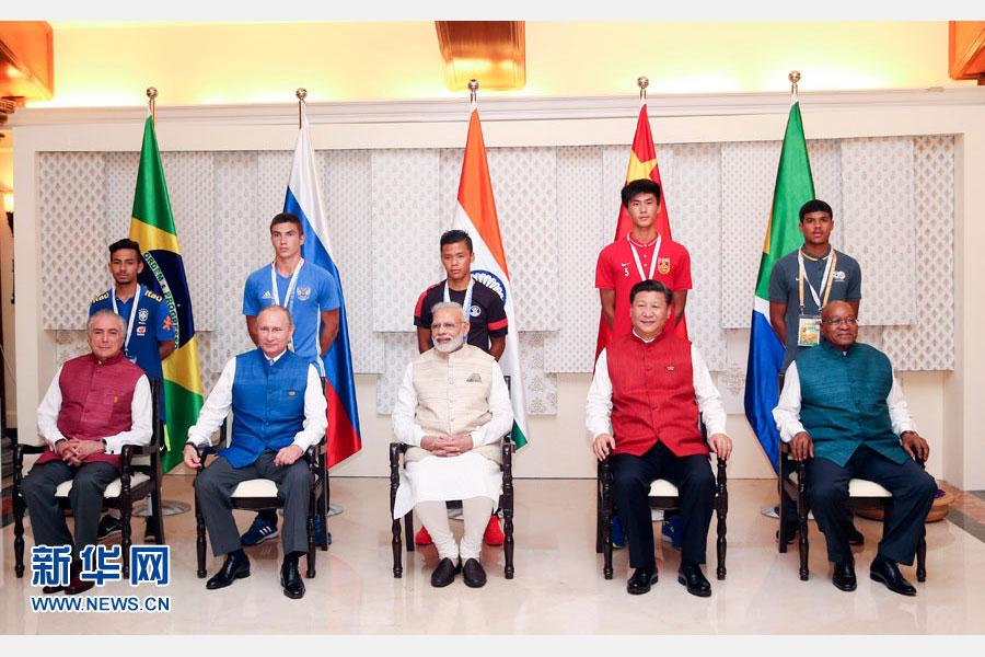 10月15日,國家主席習近平與印度總理莫迪、南非總統祖馬、巴西總統特梅爾、俄羅斯總統普京在印度果阿同參加金磚國家17歲以下少年足球賽的各國代表隊隊長合影。新華社記者姚大偉攝