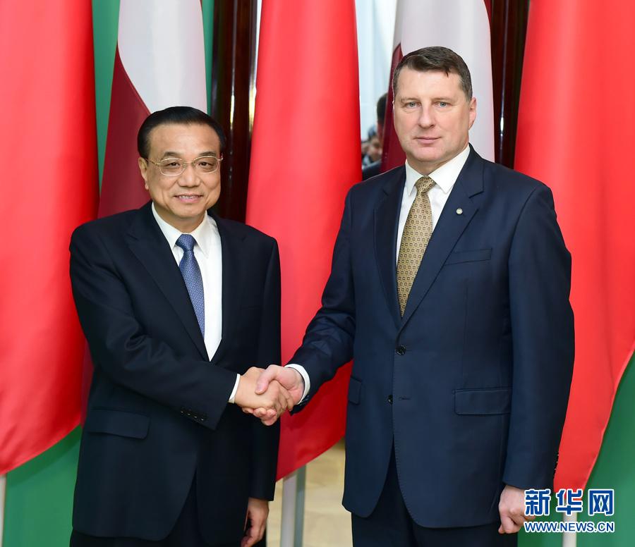11月4日,國務院總理李克強在裏加總統府會見拉脫維亞總統韋約尼斯。 新華社記者 張鐸 攝