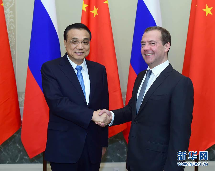 11月7日,國務院總理李克強在聖彼得堡康斯坦丁宮同俄羅斯總理梅德韋傑夫共同主持中俄總理第二十一次定期會晤。 新華社記者 張鐸 攝