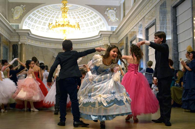 俄圣彼得堡圣诞舞会美女如云颜值高 组图图片