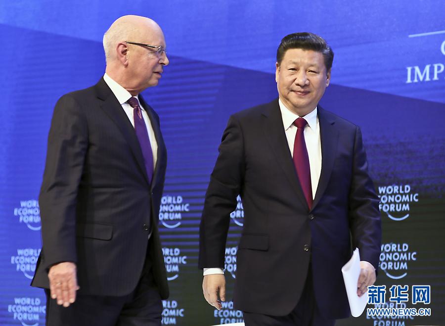 1月17日,國家主席習近平在瑞士達沃斯國際會議中心出席世界經濟論壇2017年年會開幕式,並發表題為《共擔時代責任共促全球發展》的主旨演講。這是習近平同世界經濟論壇創始人兼執行主席施瓦布在一起。 新華社記者 蘭紅光 攝