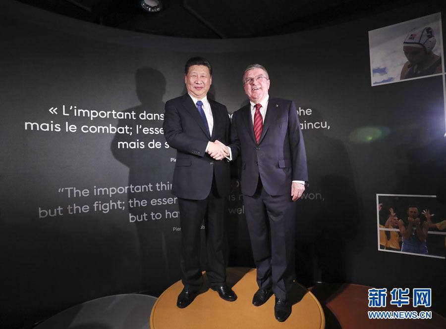 1月18日,國家主席習近平在瑞士洛桑國際奧林匹克博物館會見國際奧林匹克委員會主席巴赫。這是習近平和巴赫在奧運冠軍領獎臺上合影。新華社記者 蘭紅光 攝