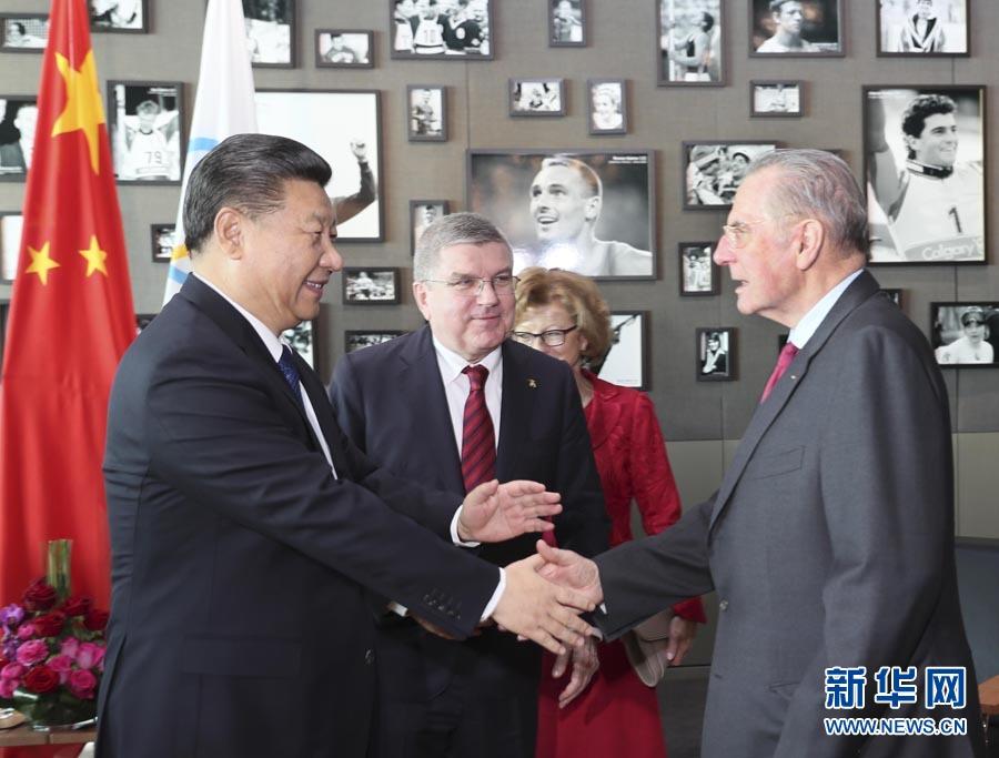 1月18日,國家主席習近平在瑞士洛桑國際奧林匹克博物館會見國際奧林匹克委員會主席巴赫。這是會見後,習近平與國際奧委會名譽主席羅格交談。新華社記者 蘭紅光 攝