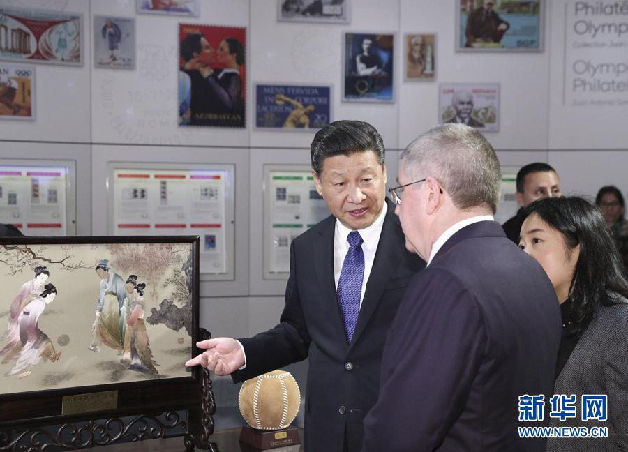 1月18日,國家主席習近平在瑞士洛桑國際奧林匹克博物館會見國際奧林匹克委員會主席巴赫。這是習近平向巴赫介紹中華人民共和國贈送給國際奧林匹克委員會的蘇繡《仕女蹴鞠圖》。新華社記者 丁林 攝