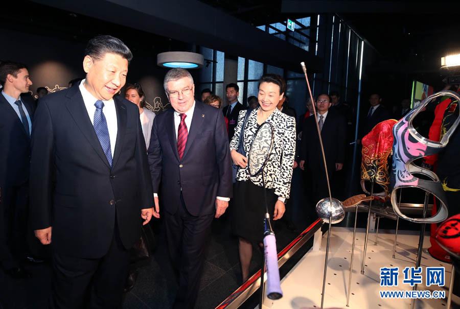 1月18日,國家主席習近平在瑞士洛桑國際奧林匹克博物館會見國際奧林匹克委員會主席巴赫。這是會見後,習近平在巴赫陪同下參觀國際奧林匹克博物館。新華社記者 姚大偉 攝