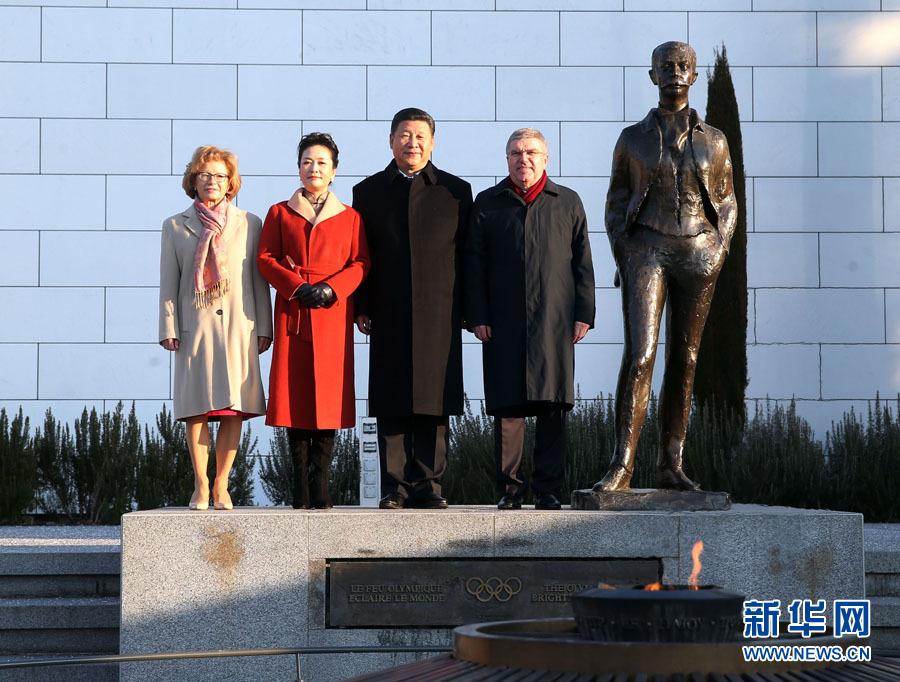 1月18日,國家主席習近平在瑞士洛桑國際奧林匹克博物館會見國際奧林匹克委員會主席巴赫。這是習近平和夫人彭麗媛與巴赫夫婦在現代奧林匹克運動發起人顧拜旦雕像前合影。新華社記者 姚大偉 攝